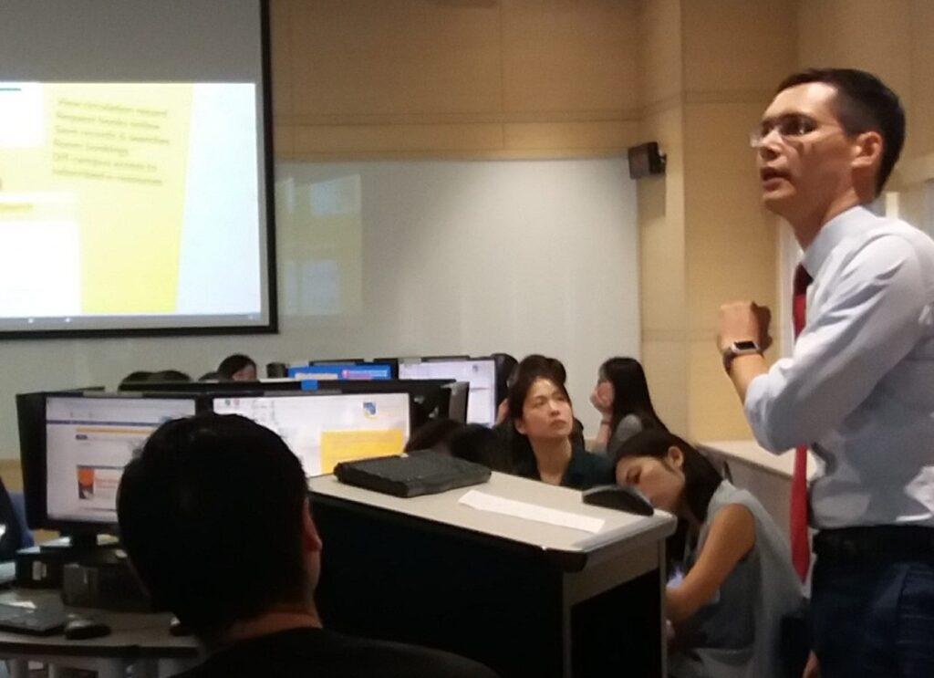 Librarian teaching during a workshop